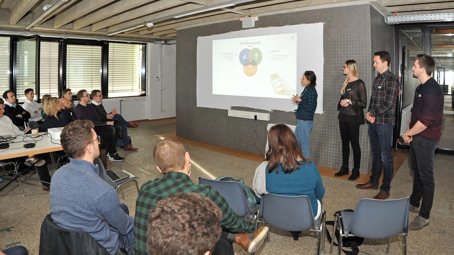 Studis coachen Mittelständler – gemeinsamer Workshop von Mitarbeitern der KOCH Pac-Systeme GmbH mit Studierenden der Hochschule Karlsruhe